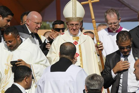 Pope Francis leaves after a mass at Amman International Stadium May 24, 2014. REUTERS/Majed Jaber