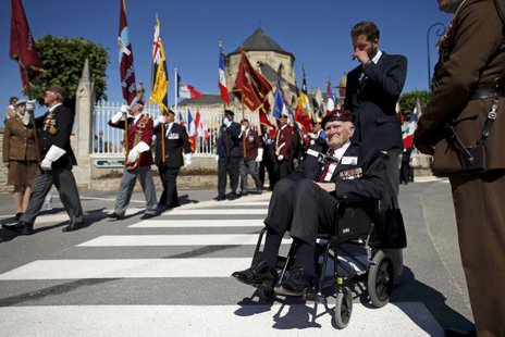 British World War II veteran Major Hugh Pond, 91, who served in the 9th Parachute Regiment, attends a ceremony at the municipal cemetery in Ranville, northern France June 6, 2014.  REUTERS/Benoit Tessier
