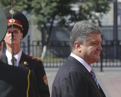 Petro Poroshenko (R) walks past the honour guard as he arrives for his inauguration ceremony as Ukraine's new president in Kiev June 7, 2014.  REUTERS/Konstantin Grishin
