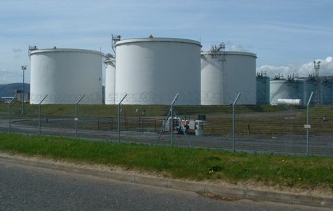 Oil storage tanks  Photo: Wikimedia