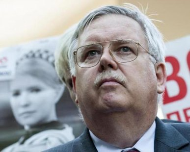 John Tefft meets the media after visiting jailed Ukrainian opposition leader Yulia Tymoshenko at a hospital in Kharkiv May 14, 2012. Reuters/Dmitry Neymryok