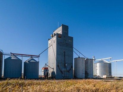 Grain elevator in Sutton, North Dakota By Andrew Filer (Flickr: Sutton, North Dakota) [CC-BY-SA-2.0 (http://creativecommons.org/licenses/by-sa/2.0)], via Wikimedia Commons