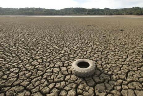 A tire rests on the dry bed of Lake Mendocino, a key Mendocino County reservoir, in Ukiah, California February 25, 2014. CREDIT: REUTERS/NOAH BERGER