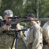 Ukraine's President Petro Poroshenko aims a rifle during his visit to a demonstration of new weapons for the Ukrainian armed forces at a military base outside Kiev July 26, 2014. Picture taken July 26, 2014. REUTERS/MYKHAILO MARKIV/UKRAINIAN PRESIDENTIAL PRESS SERVICE/HANDOUT VIA REUTERS