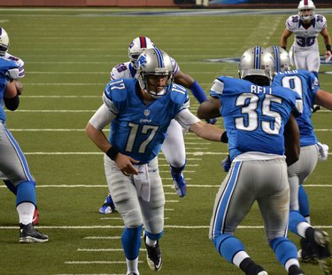 Detroit Lions QB Kellen Moore handing the ball off (Wikipedia)